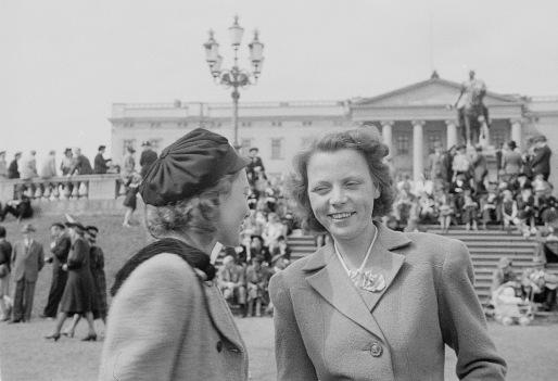 Frigjøringsdagen 8. mai 1945. Muttern på slottsplassen. Hun deltok aktivt i motstandskampen og var både kurér og redaksjonell medarbeider i den illegale fagforeningspressa. Foto: Oliver Steigan